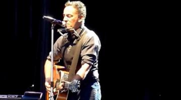 Ο Bruce Springsteen τραγουδάει  «Royals»