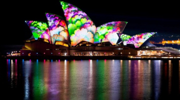 Πανδαισία χρωμάτων στα κτήρια του Σίδνεϊ