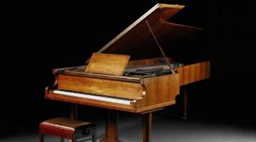 Σε δημοπρασία το πιάνο των Abba
