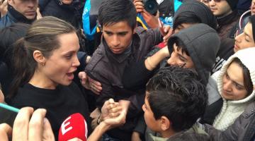 Η επίσκεψη της Τζολί σε πρόσφυγες στον Πειραιά