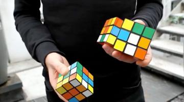 Απίστευτο! Λύνει 3 διαφορετικούς κύβους του Rubik κάνοντας παράλληλα ζογκλερικά