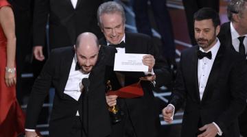 The «Best Picture» Oscar goes to La…Moonlight! Το βραβείο Καλύτερης Ταινίας κέρδισε… τελικά το «Moonlight»