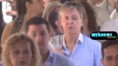 Ο Paul McCartney στη Μύκονο: Δείτε το θρυλικό «σκαθάρι» να βολτάρει στα σοκάκια της χώρας