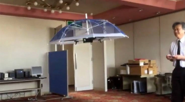 Επιτέλους! Η ομπρέλα που σε ακολουθεί όπου κι αν πας χωρίς να την κρατάς