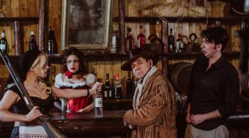 Άγρια Δύση Η κωμωδία του Θοδωρή Αθερίδη στο Φεστιβάλ Κολωνού