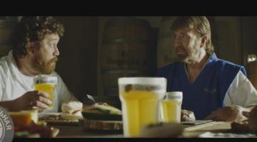 Τσακ Νόρις: Διαφημίζει μπίρα, ψήνει μπριζόλες με τη… σκέψη του και γίνεται viral!