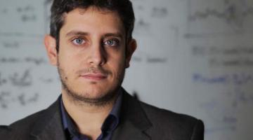 O Έλληνας που διαπρέπει στο MIT: Έφτιαξε αλγόριθμο που προβλέπει ακραία γεγονότα