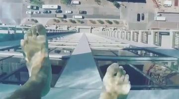 «Κολυμπώντας στον ουρανό»! Μια πισίνα που κόβει την ανάσα σε ουρανοξύστη του Τέξας