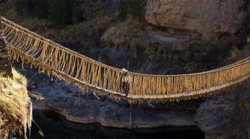 Μια γέφυρα που κατασκευάζεται κάθε χρόνο από γρασίδι!