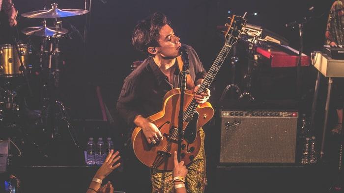 Harry Styles Emulates Folk Rock Heroes At Intimate Los Angeles Gig
