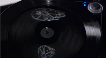 Το βινύλιο soundtrack του The Force Awakens, δείχνει ένα μικρό ολόγραμμα καθώς παίζει
