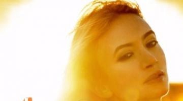 Η συνεργάτις του Λέοναρντ Κοέν Αθηνά Ανδρεάδη, ετοιμάζεται να κυκλοφορήσει το νέο της άλμπουμ