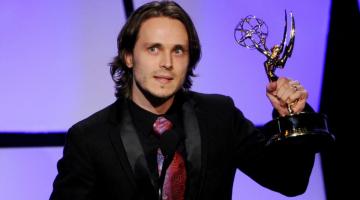 Τζόναθαν Τζάκσον: Ποιος είναι ο ηθοποιός που χάρισε βραβείο Emmy στο Άγιο Όρος;