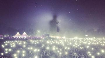Ο Μπράιαν Άνταμς έδωσε συναυλία στην οποία φαινόταν μόνο η σκιά του