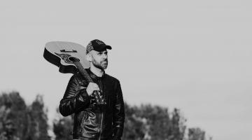 """Ακούστε το νέο single του Νίκου Σιακούφη με τίτλο """"Η αγάπη σκοτώνει"""""""