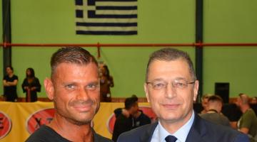 Ο επίτιμος αρχηγός ΓΕΣ Αλκιβιάδης Στεφανής  βραβεύει τον επίλαρχο Γιώργο Μαργαρίτη