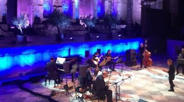 Σταύρος Ξαρχάκος και το μοναδικό του ταλέντο να κάνει να κυλάει η Ελλάδα μέσα από την μουσική του!