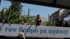Συγκινητική Άλκηστις Πρωτοψάλτη πάνω σε φορτηγό τραγουδάει σε όλη την Αθήνα.