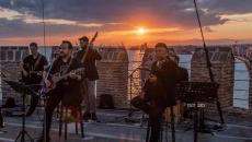 Ο Κώστας Μακεδόνας τραγουδά από τον Λευκό Πύργο για τη Θεσσαλονίκη