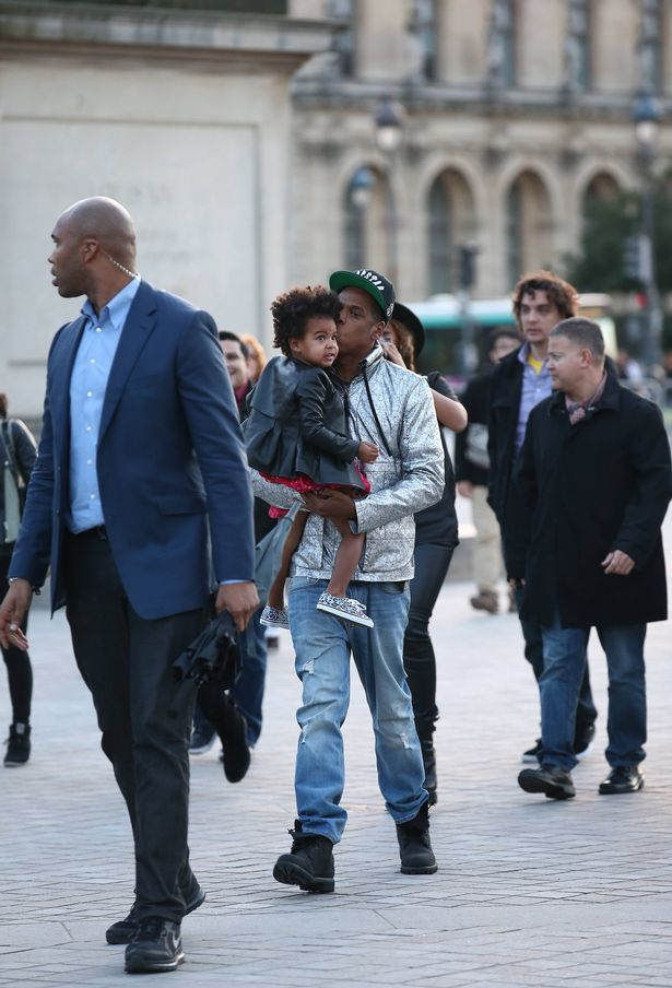 Beyonce-her-husband-Jay-Z-and-their-daughter-Blue-Ivy-visited-the-famous-french-museum-the-Louvre-in-Paris-1