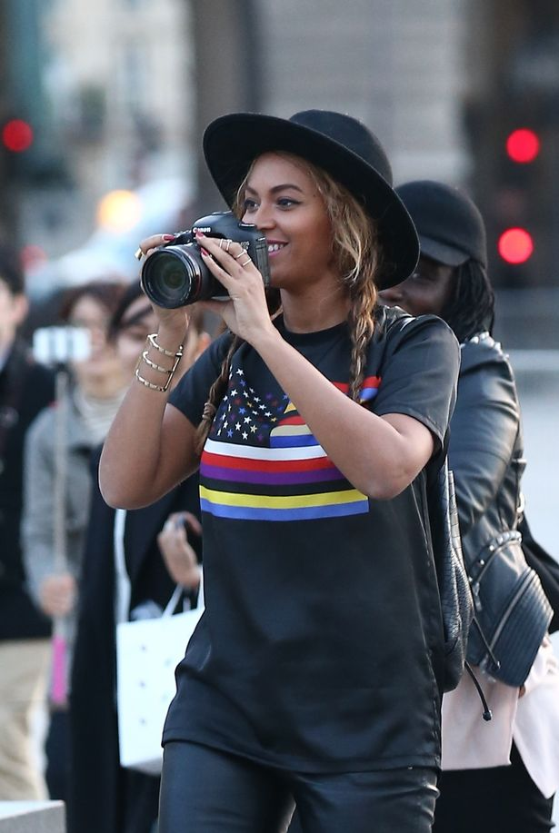 Beyonce-her-husband-Jay-Z-and-their-daughter-Blue-Ivy-visited-the-famous-french-museum-the-Louvre-in-Paris-2