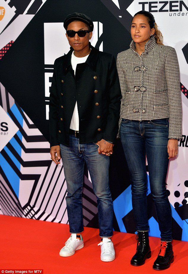 2DC68DB300000578-3289085-There_they_are_Musician_Pharrell_Williams_arrived_on_the_arm_of_-a-1_1445845913594