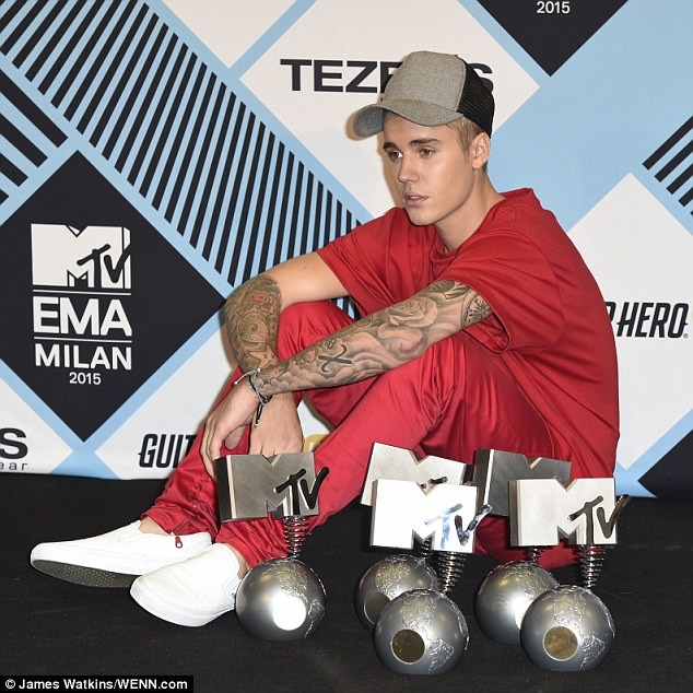 2DC851D900000578-3289085-Winner_Justin_Bieber_was_no_doubt_overjoyed_as_he_was_feted_with-m-1_1445816741182