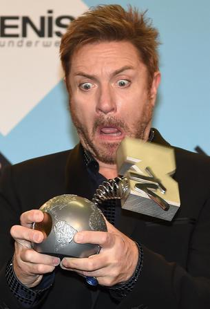 epa04996238 Member of English band Duran Duran Simon Le Bon poses with their Video Visionary Award at the MTV Europe Music Awards (EMAs) 2015 at the Mediolanum Forum in Assago, near Milan, Italy, 25 October 2015. EPA/DANIEL DAL ZENNARO